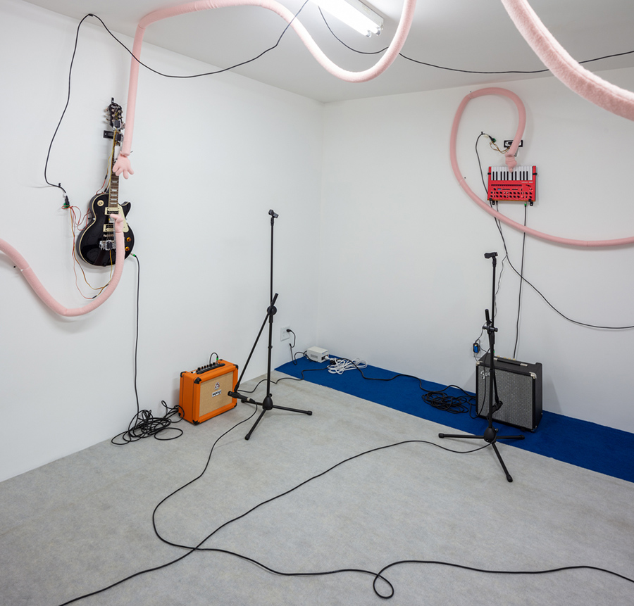 Nathaniel Mellors & Erkka Nissinen<br>Bad Mantras, 2019, Animatronic sculpture, guitar, keyboard, drum machine, amplifiers, microphones, 12 minutes, looped, Edition of 2.